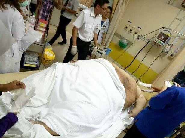 Người đàn ông béo phì phải nhập viện bằng xe tải hạng nặng - 3