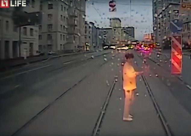 Nga: Bị tàu điện đâm chết vì tập trung vào điện thoại - 1