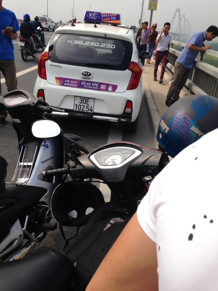 Hà Nội: Tài xế taxi  tử vong dưới cầu Nhật Tân - 1