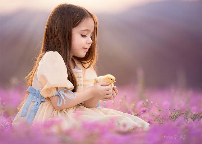 Cô bé Mia (người Mỹ) & nbsp;bỗng trở thành người mẫu nhí hot trên mạng xã hội khi cô được mẹ ghi lại những khoảnh khắc tuyệt đẹp bên những con vật xinh xắn.