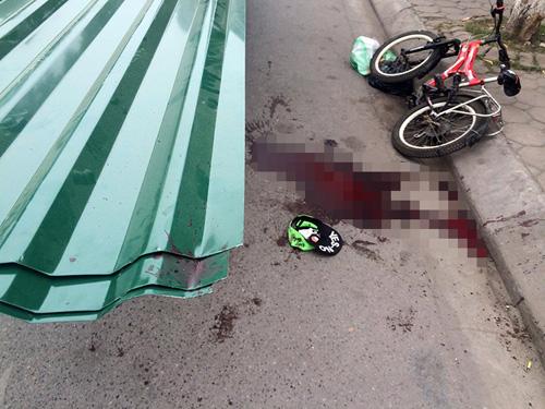 Bé trai tử vong vì bị xe chở tôn cứa cổ - 2