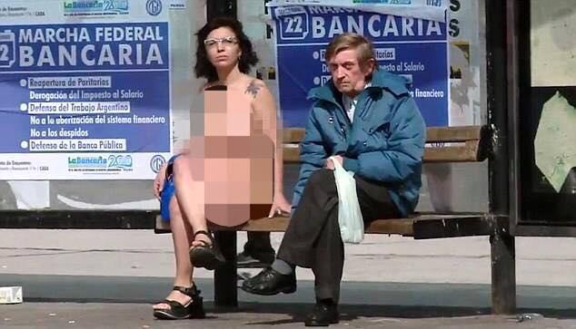 Chị em Argentina rủ nhau cởi đồ khỏa thân đi lại trước nhà quốc hội - 3