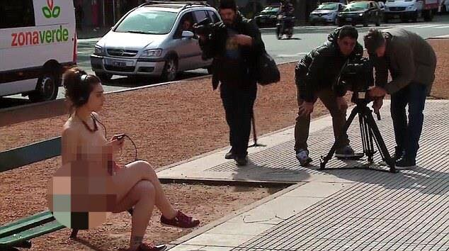 Chị em Argentina rủ nhau cởi đồ khỏa thân đi lại trước nhà quốc hội - 2