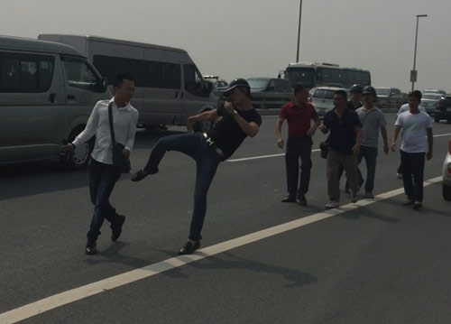 Phóng viên Tuổi Trẻ bị hành hung khi tác nghiệp trên cầu Nhật Tân - 1