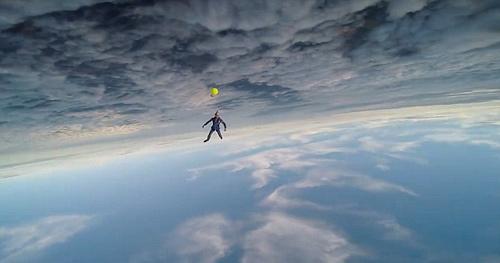 Không tưởng: Nhảy dù chơi tennis ở độ cao 4.000m - 2