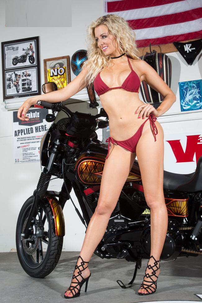 Vẻ đẹp rực lửa của chân dài Annelise Marie bên chiếc Harley-Davidson Dyna FXDB khiến người xem không thể rời mắt