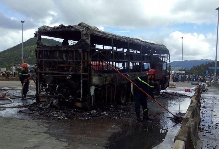 Xe giường nằm bốc cháy dữ dội ở trạm thu phí - 3
