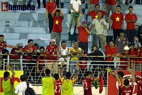 HLV Calisto cùng Long An mừng vé trụ hạng V-League - 8