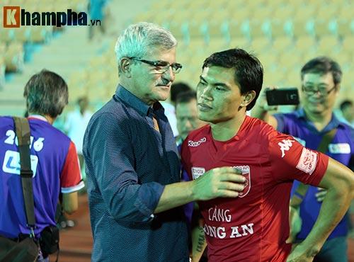 HLV Calisto cùng Long An mừng vé trụ hạng V-League - 12