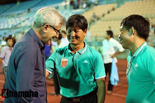 HLV Calisto cùng Long An mừng vé trụ hạng V-League - 11