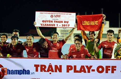 HLV Calisto cùng Long An mừng vé trụ hạng V-League - 10