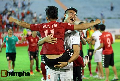 HLV Calisto cùng Long An mừng vé trụ hạng V-League - 6