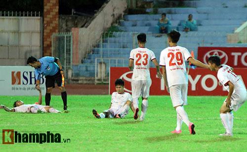HLV Calisto cùng Long An mừng vé trụ hạng V-League - 9