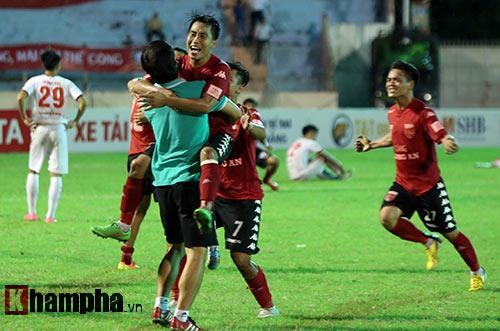 HLV Calisto cùng Long An mừng vé trụ hạng V-League - 7