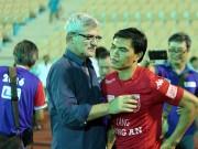 HLV Calisto cùng Long An mừng vé trụ hạng V-League