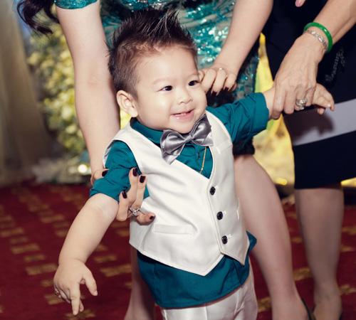 """Con trai Nhật Kim Anh giống bố """"như tạc"""" - 4"""