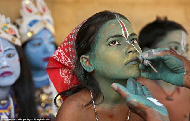 Nhiếp ảnh gia Somenath Mukhopadhyay đã giành được giải nhất của cuộc thi với bức ảnh chụp bé gái trang điểm mặt xanh để chuẩn bị cho một lễ hội. Các giám khảo đánh giá:  Bức ảnh đã ghi lại khoảnh khắc đắt giá và sự tập trung trên gương mặt đứa trẻ. Màu sắc bức ảnh tươi sáng với điểm nhấn là đôi mắt bé gái .