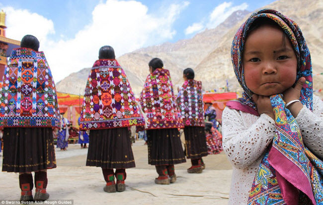 Giải nhì thuộc về nhiếp ảnh gia Swarna Susan với tác phẩm chụp cô bé quấn chiếc khăn đầy sắc màu đứng sau lưng những người phụ nữ mặc trang phục truyền thống.