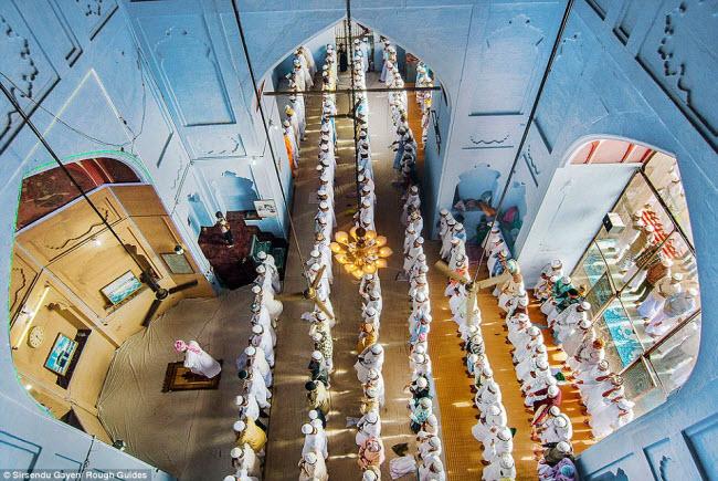 Các tín đồ đứng thành hàng ở một nhà thờ Hồi giáo tại Varanasi, Uttarpradesh, Ấn Độ. Bức ảnh của tác giả Sirsendu Gayen giành được đồng giải nhì.