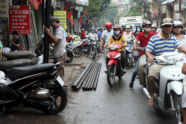 """Ảnh: """"Tử thần"""" rình rập người đi đường khắp phố Hà Nội - 4"""