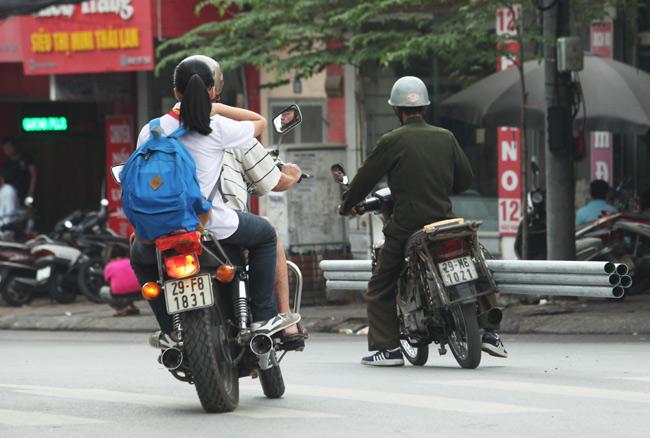 """Ảnh: """"Tử thần"""" rình rập người đi đường khắp phố Hà Nội - 2"""
