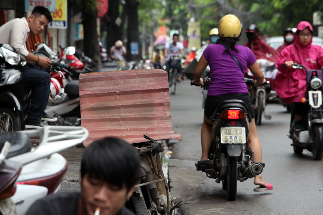 """Ảnh: """"Tử thần"""" rình rập người đi đường khắp phố Hà Nội - 6"""