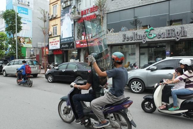 """Ảnh: """"Tử thần"""" rình rập người đi đường khắp phố Hà Nội - 7"""