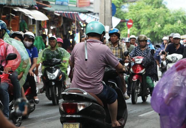 """Ảnh: """"Tử thần"""" rình rập người đi đường khắp phố Hà Nội - 5"""