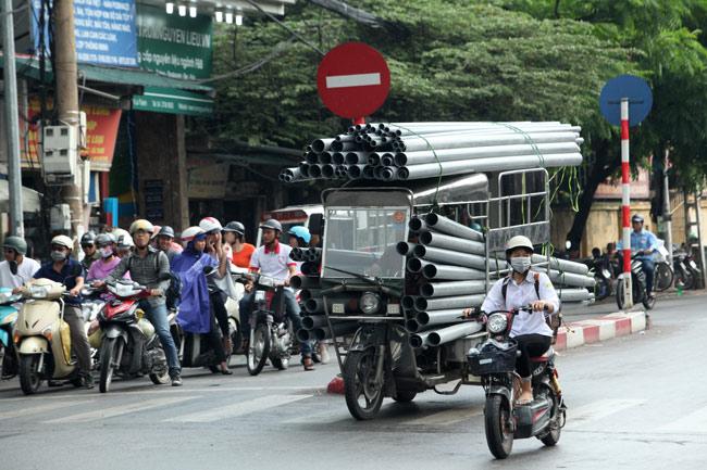 """Ảnh: """"Tử thần"""" rình rập người đi đường khắp phố Hà Nội - 11"""