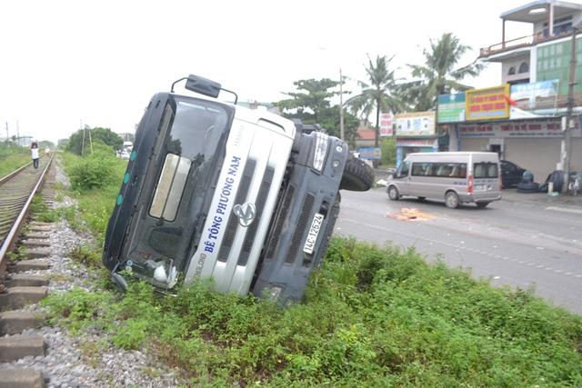 Quảng Ninh: Xe biển xanh đâm chết người qua đường - 4