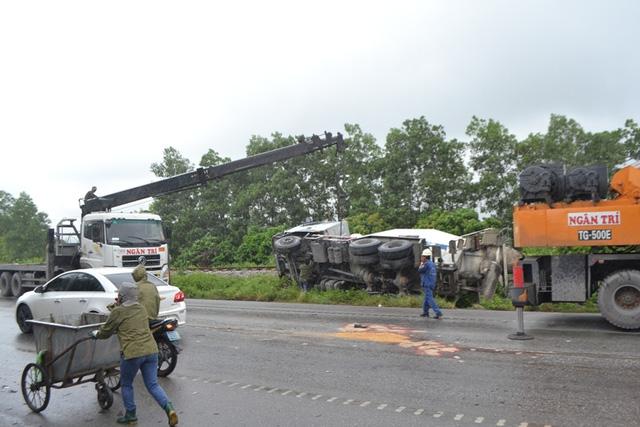 Quảng Ninh: Xe biển xanh đâm chết người qua đường - 8