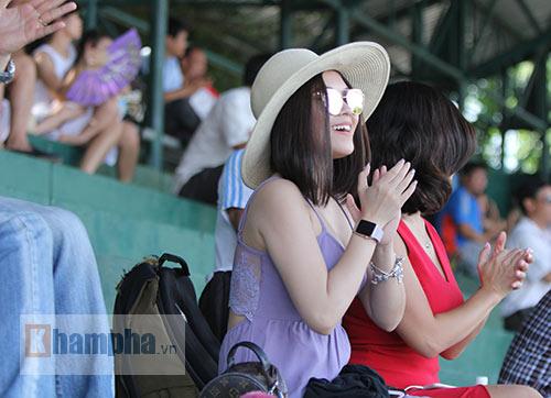 """Hoàng Thiên được hot girl """"thưởng nóng"""" sau vô địch Men's Futures - 2"""