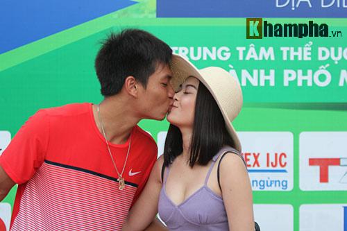 """Hoàng Thiên được hot girl """"thưởng nóng"""" sau vô địch Men's Futures - 1"""