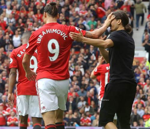 """MU: Ibra """"giả mạo"""" khiến sân Old Trafford vui hết cỡ - 2"""