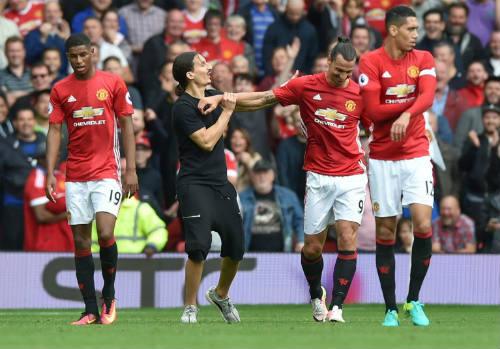 """MU: Ibra """"giả mạo"""" khiến sân Old Trafford vui hết cỡ - 1"""