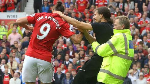 """MU: Ibra """"giả mạo"""" khiến sân Old Trafford vui hết cỡ - 3"""