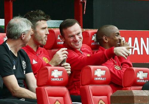 """MU: Ibra """"giả mạo"""" khiến sân Old Trafford vui hết cỡ - 4"""