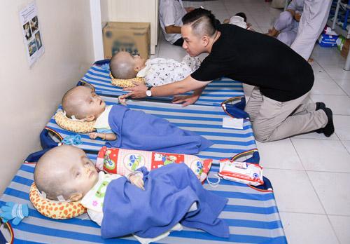 Gia đình Minh Thuận dùng tiền phúng điếu làm từ thiện - 2