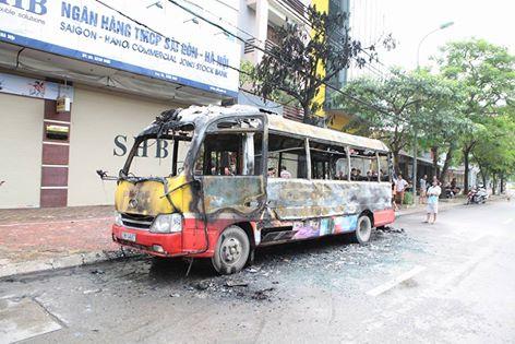 HN: Đang chạy, xe buýt bỗng phát nổ, bốc cháy ngùn ngụt - 4