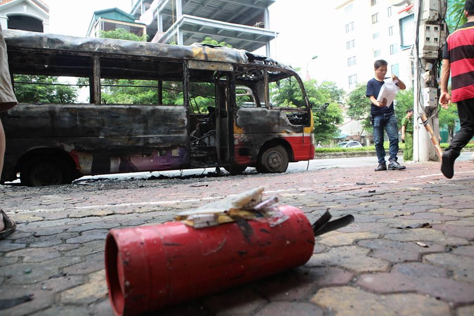 HN: Đang chạy, xe buýt bỗng phát nổ, bốc cháy ngùn ngụt - 6