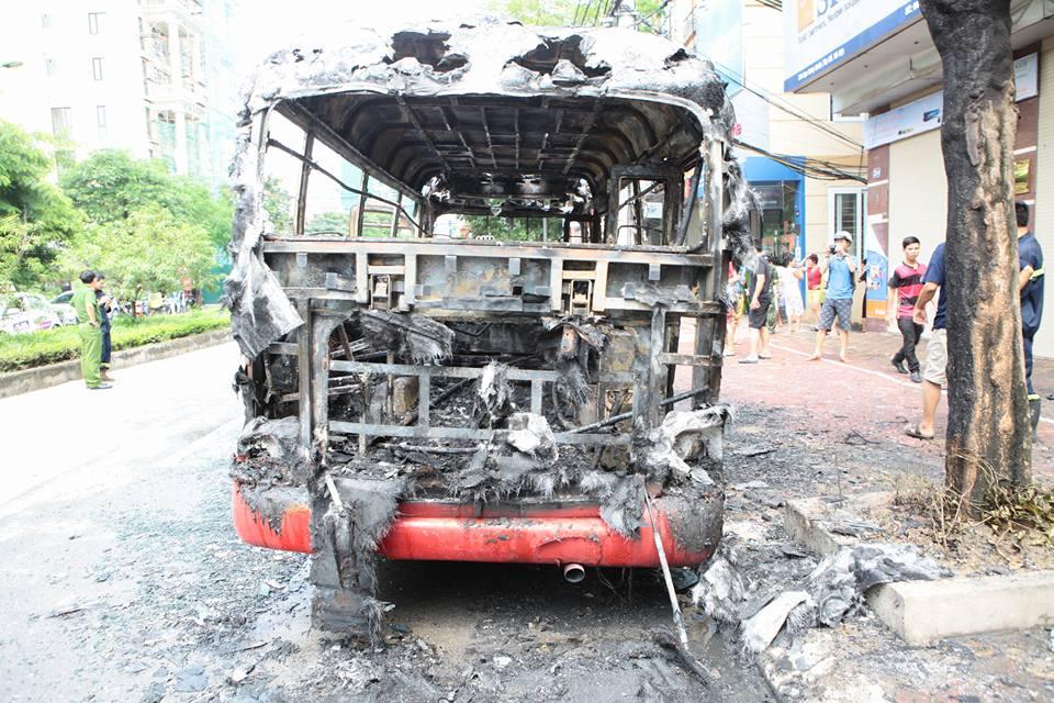HN: Đang chạy, xe buýt bỗng phát nổ, bốc cháy ngùn ngụt - 7