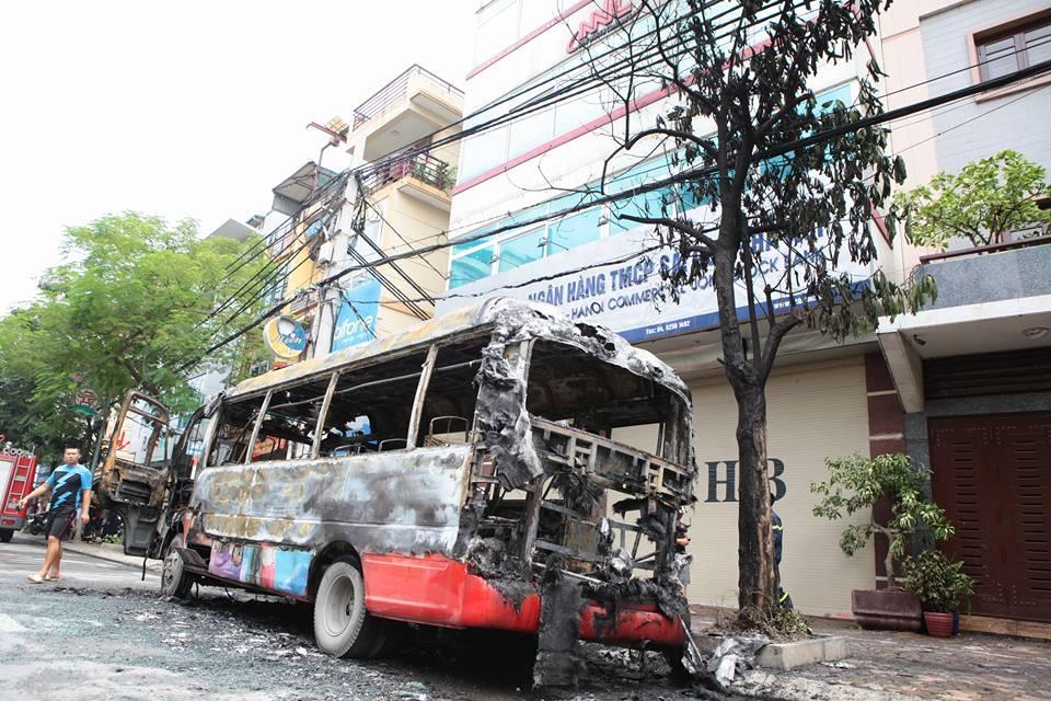 HN: Đang chạy, xe buýt bỗng phát nổ, bốc cháy ngùn ngụt - 5