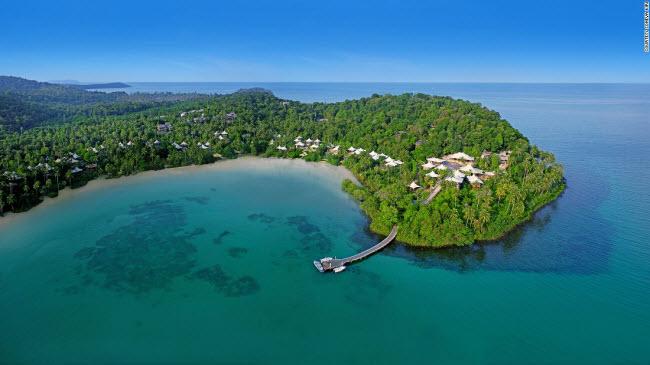 Với 36 biệt thự mái dạ nằm giữa rừng và biển trên hòn đảo Koh Kood, khu nghỉ dưỡng Soneva Kiri là một trong những khách sạn trước biển sang trọng và đẹp nhất ở Thái Lan.