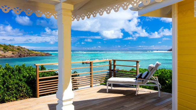 Được cải tạo từ khu nghỉ dưỡng St. Barth, khách sạn Le Guanahani trên đảo Saint-Barthélemy thuộc Pháp gây ấn tượng với hai bể bơi ngoài trời, hai bãi biển cát trắng và hồ với hệ sinh thái san hô đa dạng.