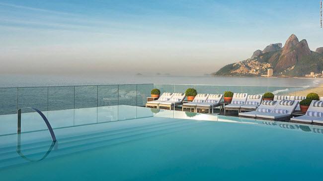 Khách sạn Fasano ở thành phố Rio de Janeiro, Brazil, được thiết kế với bể bơi vô cực trên mái. Từ đây, du khách có thể ngắm cảnh bãi biển Ipanema nhộn nhịp cũng như núi Morro Dois Irmaos và Corcovado.