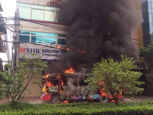 HN: Đang chạy, xe buýt bỗng phát nổ, bốc cháy ngùn ngụt - 1