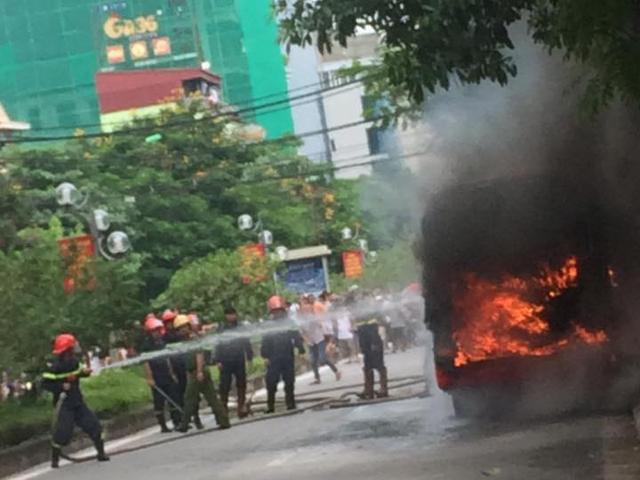 HN: Đang chạy, xe buýt bỗng phát nổ, bốc cháy ngùn ngụt - 3