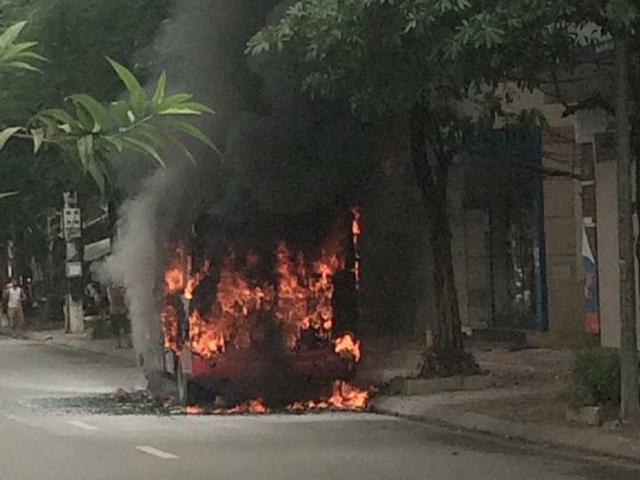 HN: Đang chạy, xe buýt bỗng phát nổ, bốc cháy ngùn ngụt - 2