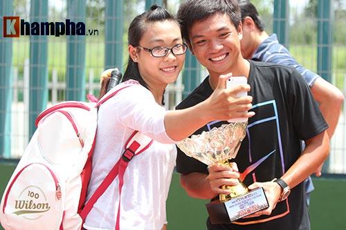 Hoàng Nam 2 tay 2 cúp, bị fan nữ vây ngay trên sân - 15