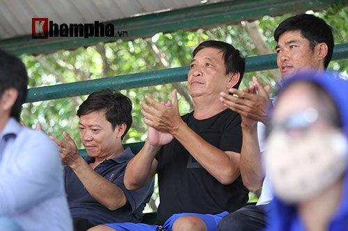 Hoàng Nam 2 tay 2 cúp, bị fan nữ vây ngay trên sân - 2